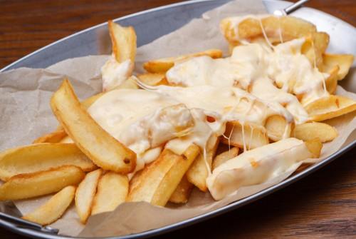 Картошка фри с сырным соусом